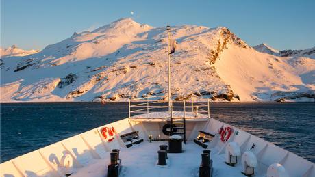 Skip med ansamlinger av snø og is på dekk.